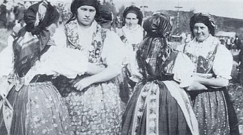 Děvčata z Přimdy v krojích na oslavě milénia obce
