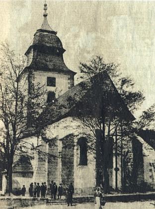 Kostel sv. Jiří v rodné Přimdě na snímcích z roku 1920 (ještě krytý šindeli) a po bombardování v roce 1945