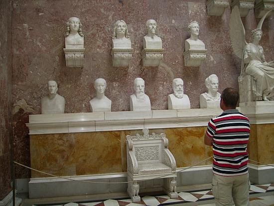 Tady vidíme Stifterovu bustu vsousedství jiných velikánů německých dějin v interiéru Walhally (viz i Adolf Webinger)