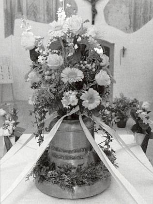 """Záběry ze svěcení zvonu """"umíráčku"""" odpasovské firmy Perner pro malou věž konzervovaného zbytku kostela v Pohoří naŠumavě dne 22. května roku 20145"""