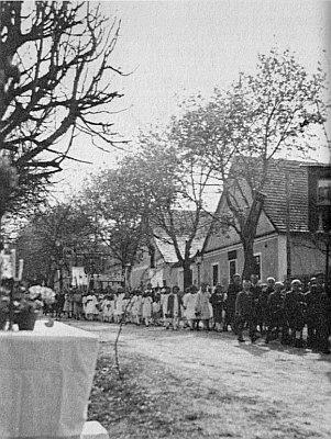 """O Božím těle 1936 v Pohoří na Šumavě, prvý oltář u Ignaze Hietlera, vpravo vzadu hostinec """"Oberhietler"""""""