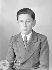 """Ano, je to on na Seidelově snímku s datem 9. října 1944 a údaji """"HalletzKarl Christianberg 43"""""""