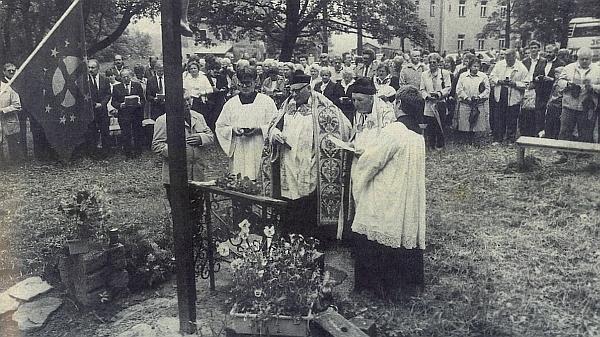Znovuvysvěcení hřbitova v Křišťanově 15. června 1990, vedle Horsta Löfflera stojí tu při vlajce Panevropské unie i Karl Halletz