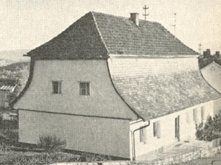 Dům v Rabensteinu se sedlovou střechou nezvyklé postbarokní konstrukce jako doprovod jeho článku ohistorických domovních formách v Bavorském lese