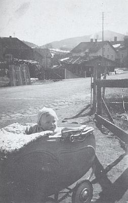 I to je on, v dětském kočárku na snímku pořízeném vdubnu roku 1938