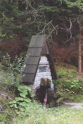 "Pramen Lužnice nedaleko rakouské obce Karlstift v úžlabí dvou rakouských ""tisícovek"" Tischbergu a Eichelbergu"
