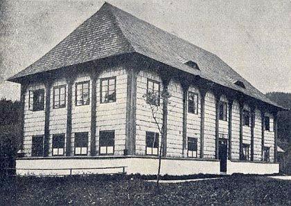 """Dřevěná škola ve Stříbrných Hutích z roku 1827, postavená """"od tesařů ze Svatého Jana"""""""