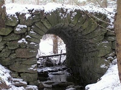 Kamenný mostek u Janových Hutí nad jedním z bezejmenných dnes přítoků mladé Lužnice