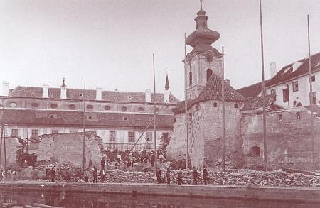 Demolice části městského opevnění na místě, kde bylo postaveno německé gymnázium