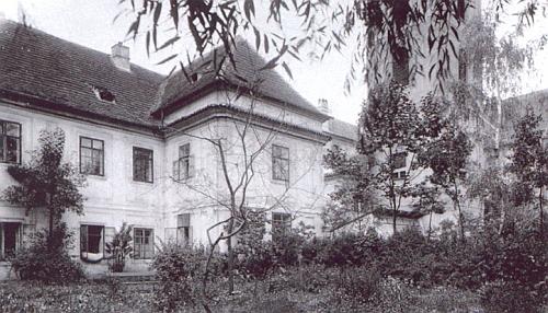 Budova bývalého latinského gymnázia v areálu klášterní zahrady a současné gymnaziální budovy