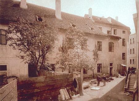 Unikátní fotografie z léta 1903, kdy stály krátce obě budovy vedle sebe (vlevo původní latinské gymnázium, vpravo nová budova gymnázia)