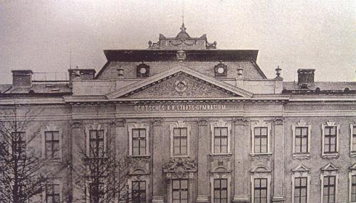 Po dokončení nesla fasáda německé označení školy