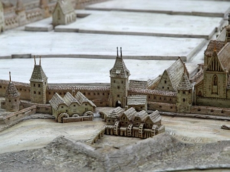 Detail modelu města Českých Budějovic s Rybářskou baštou v popředí a Svatováclavským špitálem a kostelem v pozadí vlevo na konci Krajinské ulice