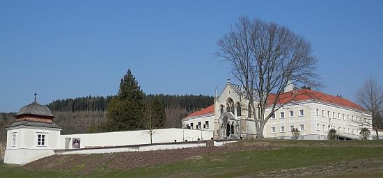 Karmelitánský klášter v Mayerlingu s kaplí k modlitbám za korunního prince Rudolfa (viz i Julius Kroner)