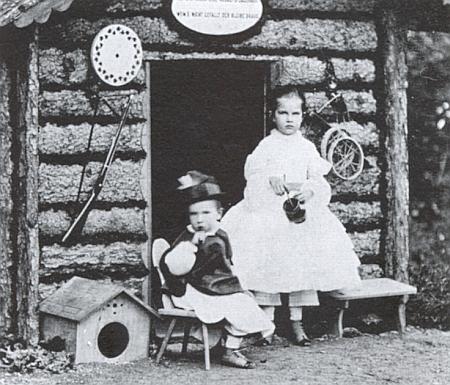 Arcivévodkyně Gisela a korunní princ Rudolf před domkem kjejich potěše na snímku z roku 1861