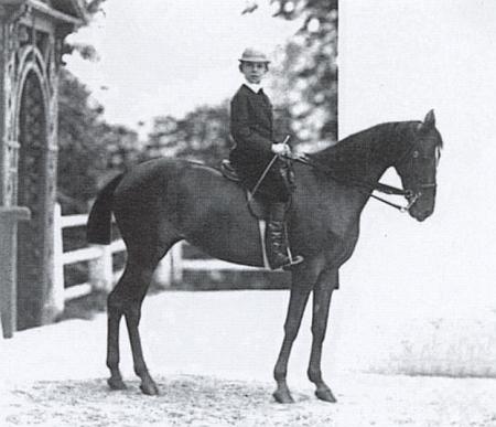 Korunní princ Rudolf jako žák letní jezdecké školy při císařské vile v Bad Ischlu na snímku Viktora Angerera někdy z konce roku 1869