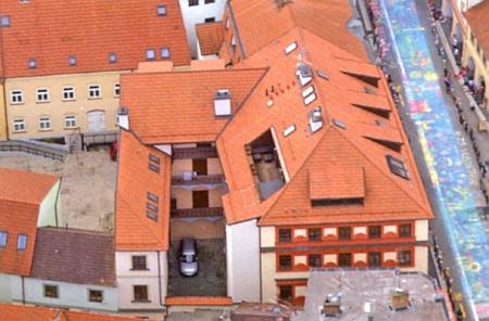 Letecký snímek zástavby na místě svatováclavského špitálu a dům v Krajinské třídě, postavený na místě, kde stával