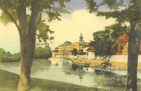 Na pohlednici z počátku dvacátého století vidíme novou budovu německého gymnázia (dokončena 1903), za ní je částečně skryt dominikánský klášter, sídlo gymnázia za časů Placida Hammera