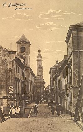 Budějovická Biskupská ulice s budovou někdejší piaristické koleje, dnešní rezidence diecézního biskupa, na dvou starých pohlednicích, z nichž ta barevná napravo je roku 1915 adresovaná do války Adalbertu Wodiczkovi jeho rodiči