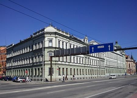 Někdejší a současná  podoba někdejšího sídla firmy Stegmann asynové - ulice Linecká je dnes Lidickou avbudově sídlí Krajský úřad, na starším snímku je vidět synagoga, vyhozená do povětří roku 1942 (viz i Heinz Stegmann)