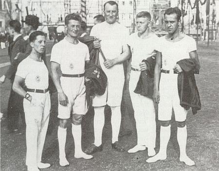 Tady stojí Fritz Stegmann uprostřed skupiny českobudějovických turnerů na slavnosti Turnfest ve Stuttgartu roku 1933, kdy mu bylo 37 let