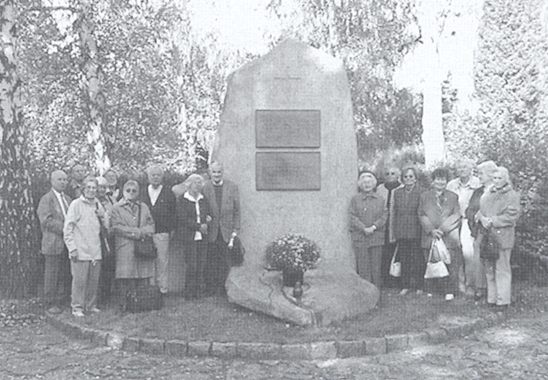 U pamětního kamene na českobudějovickém hřbitově u sv. Otýlie stojí zcela vpravo