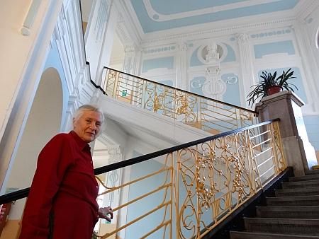 Na schodech někdejšího německého gymnázia v České ulici
