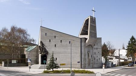 Vídeňský kostel U Dobrého pastýře (1963-1965), jehož projektanty byli Ceno Kosak a jeho žena Herta, roz. Stepanová, o jejímž úmrtí ve Vídni Margarethe Hampelová také referovala