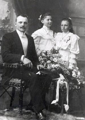 Ženich Johann Stepan a družičkami Herthou Almesbergerovou, později provd. Říhovou, aFanny Stepanovou, později provd. Nikendeyovou, matkou Ing. Antonína Nikendeye