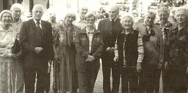 """Na snímku z """"Budweiser Treffen"""" roku 2010 stojí třetí zprava (třetí odleva je na snímku zachycen i syn posledního německého starosty Budějovic do roku 1945 Friedricha Davida, druhý zleva stojí hned vedle něho Hermann Ertl)"""