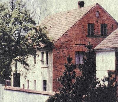 Dům čp. 3 v Borovanech při cestě na Bor u Tachova postavil krejčovský mistr Andreas Hamperl v roce 1931, ale příjmení Hamperl je tu ve vsi zmiňováno už roku 1654