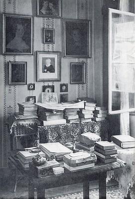 Její pracovna v Linci, kde je spisovatelka  na hřbitově sv. Barbory i pochována nedaleko hrobu Stifterova