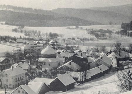 Ještě jednou Železná Ruda v zimním hávu, vzadu za kostelem a obcí hřbitov