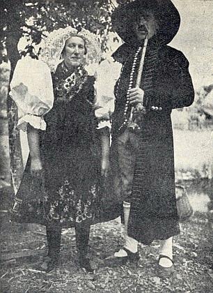 Dva snímky krojů z německy hovořícího Střibrska k jeho článku do sborníku k 800. jubileu města Stříbra z roku 1931