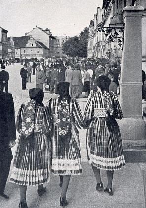 Snímek z jeho knihy zachycuje dívky v krojích na domažlickém náměstí v čase války, jak o tom svědčí postava osamělého vojáka v uniformě wehrmachtu, hledícího směrem k nim