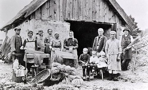V zaniklé Zvonkové vzniklo v jediném zbylém domě kostelníkově zejména jeho zásluhou malé muzeum ispamátkami na někdejší obyvatele - většina historických snímků je tu reprodukována právě jím (viz i Johannes Urzidil)
