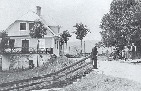 Kostelníkův dům v Glöckelbergu na snímku asi z roku 1932...