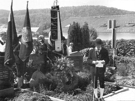 Položení věnce u jeho hrobu u příležitosti 100. výročí narození Ericha Hanse roku 2012