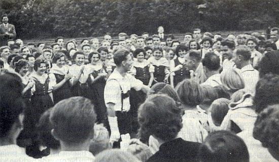 Sepp Müller a Erich Hans proti němu u mikrofonu na zemském setkání mládeže v Aalen roku 1956