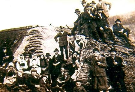 """Ostrá Hora kdysi a její obyvatelé při pokácené """"tisícileté"""" lípě na snímku z třicátých let 20. století"""