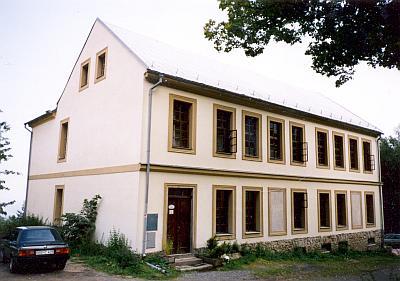 Rodná škola v Dobré Vodě naproti kostelu svatého Vintíře se zázračným pramenem dříve a dnes