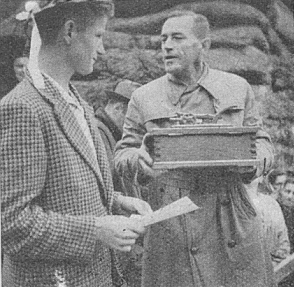 Na Třístoličníku předává truhlu s prstí rodné Šumavy jednomu zúčastníků setkání mladých v roce 1957