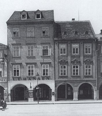 Jiný záběr domu s Hansenovým knihkupectvím na českobudějovickém náměstí