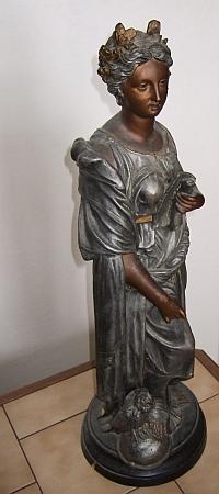 Tato socha bohyně moudrosti Pallas Athény stávala kdysi zřejmě ve výloze jeho knihkupectví na českobudějovickém náměstí