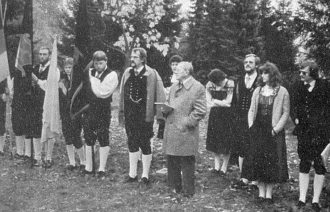 V šumavském kroji zleva po boku otcově, který hovoří roku 1982 před Adolf-Webinger-Haus v Lackenhäuser pod Třístoličníkem