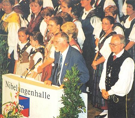 Při projevu v pasovské Nibelunghalle za spolkového setkání DBB (Deutscher Böhmerwaldbund) v Pasově roku 2001