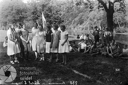 """Snímek zpěvaček u řeky byl ve fotoateliéru Seidel psán na jméno """"Tschunko"""""""