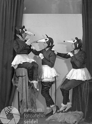 """Dva Seidelovy snímky taneční skupiny, datované 12. února 1932 , jsou psané také na jméno """"Tschunko"""""""
