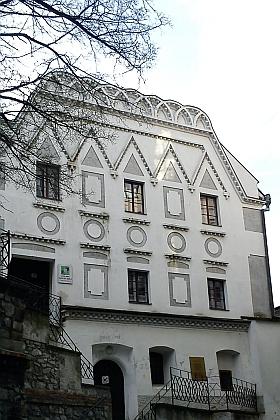 Hudební (dnes základní umělecká) škola v těsném sousedství krumlovského kostela sv. Víta stále slouží svému účelu