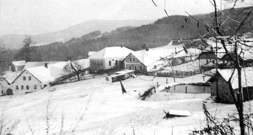 Část obce Lipka na snímku pořízeném někdy kolem roku 1930, odleva čp. 6 (zbořeno), čp. 18 škola (dosud stojí), čp. 7 (dosud stojí), čp. 8 (zbořeno), vpředu rybníček s hasičskou zbrojnicí (zbořena)
